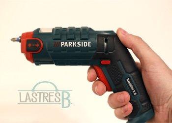 Atornillador del lidl de la marca Parkside sujeto en una mano
